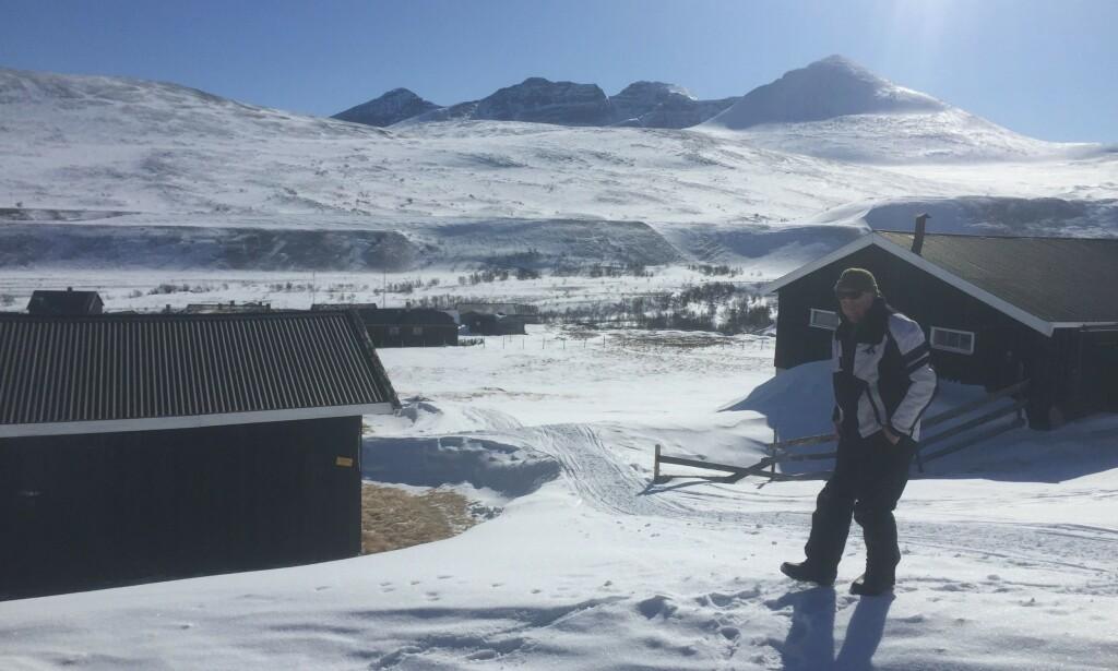 FORTVILER: Paul Rindal har hatt tilsynet ved Øvre Dørålseter Turisthytte i en årrekke. I år må han rydde opp etter de som har trosset anmodingen om å ikke bruke DNTs hytter. Foto: Privat