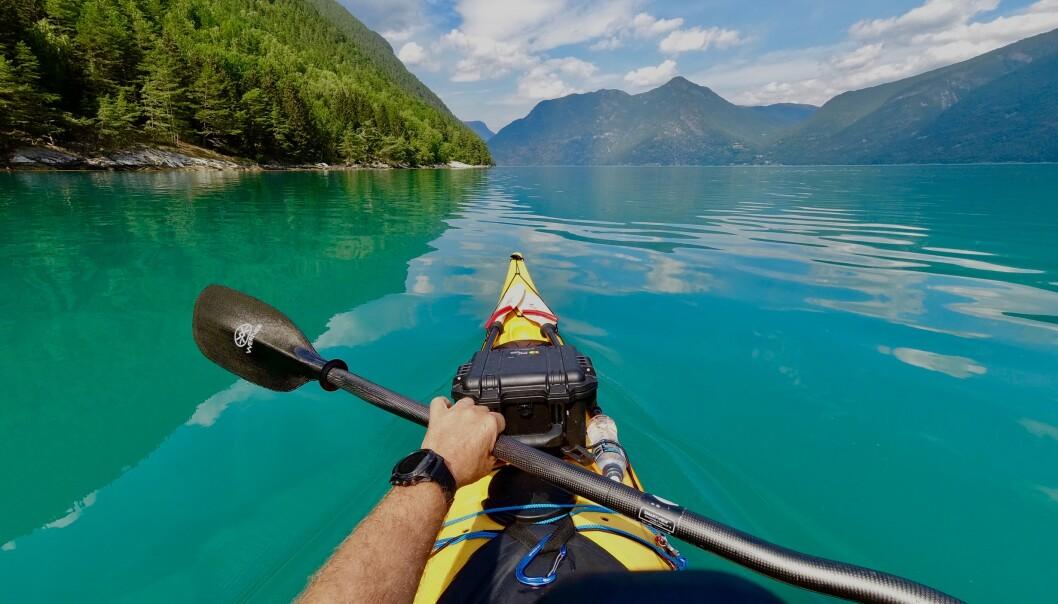 Padling i vakkert vær i norske fjorder kan bli en favorittsyssel i sommer. Her fra Solvorn i Sogn og Fjordane. Foto: Heiko Junge / NTB scanpix