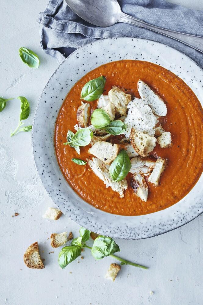 En fyldig tomatsuppe laget av   hakkede tomater på boks blir aldri feil. Bruk rester av gammelt brød som krutonger.