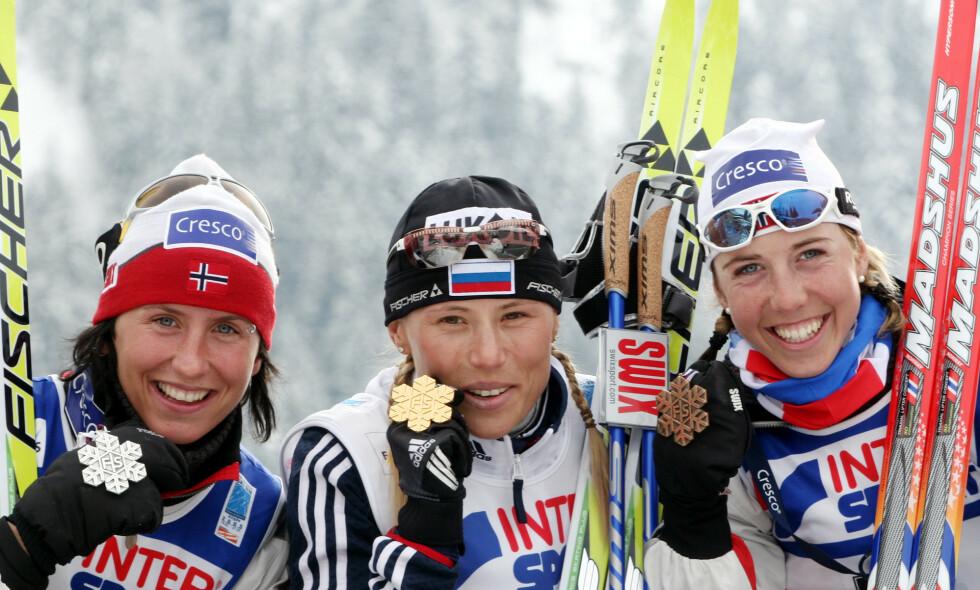 DOPINGTATT: Julia Tsjepalova vant mange OL- og VM-gull, her foran Marit Bjørgen og Krsitin Størmer Steira i 2005, men ble senere dopingtatt. Da ble det stille. Nå bryter hun tausheten. Foto: AP Photo/Jan Pitman