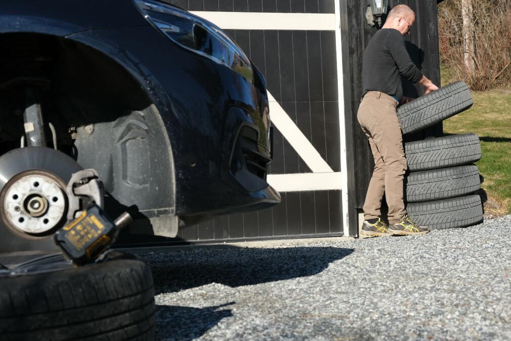 FEIL LAGRING: Lagrer du vinterhjulene langs husveggen, vil de bli utsatt for både sterk sol og varme. Det ødelegger i stor grad egenskapene til dekkene. Foto: Rune Korsvoll