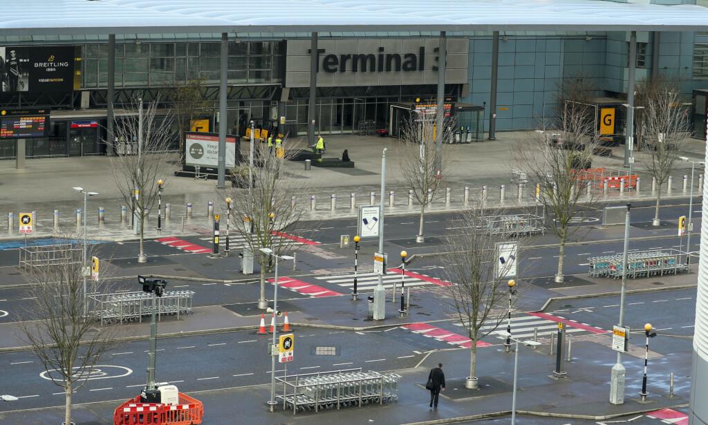 IKKE LENGER TRAVEL: Det er nesten tomt utenfor terminal 3 på Heathrow-flyplassen i London. Foto: Steve Parsons / AP / NTB scanpix