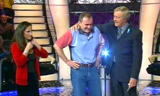 SEIERSGLIS: Her har Charles Ingram akkurat fått vite at han har vunnet en million pund. Lykken skulle bli kortvarig. Foto: NTB Scanpix