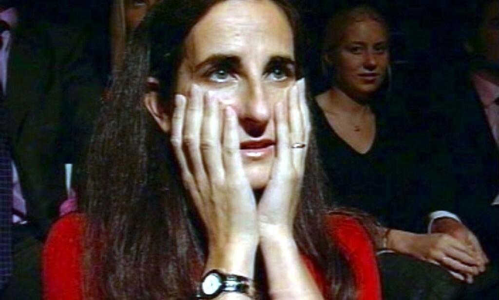 TILSYNELATENDE SPENT: Charles Ingrams kone, Diana, avbildet blant publikum under innspillingen av episoden hvor hennes mann stakk av med toppgevinsten. Foto: NTB Scanpix