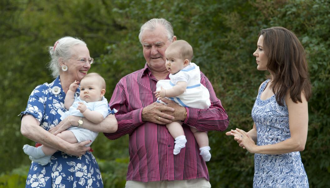 FARMOR: Dronning Margrethe med ektemannen prins Henrik, og barnebarna prins Vincent og prinsesse Josephine på Gråsten slott i 2011. Svigerdatter kronprinsesse Mary til høyre. FOTO: NTB scanpix