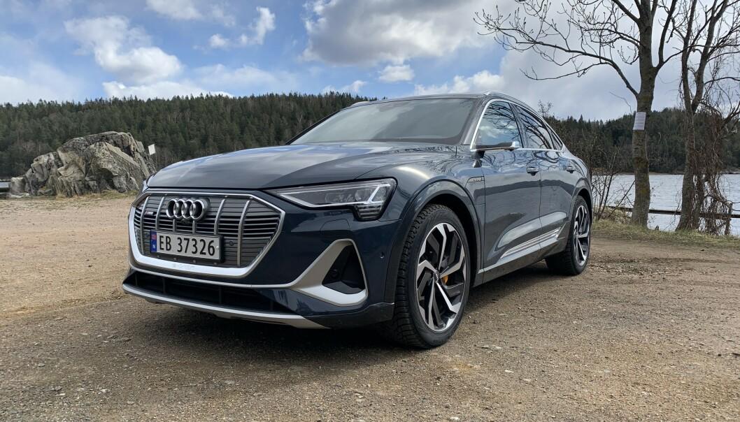 <strong>AUDI E-TRON 55 SPORTBACK S LINE:</strong> Den nye elbil-modellen til Audi er et vakkert syn for øyet. Foto: Øystein B. Fossum