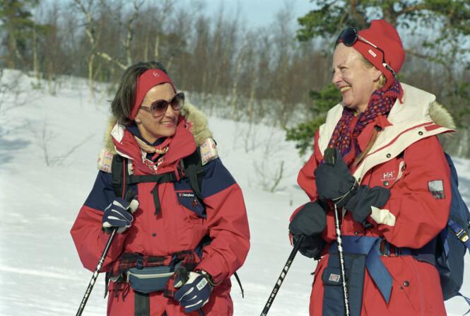 TURGLADE DRONNINGER: Dronning Margrethe og dronning Sonja fotografert etter en skitur i Nord-Norge i mars 1993. Foto: Erik Veigård/ NTB scanpix