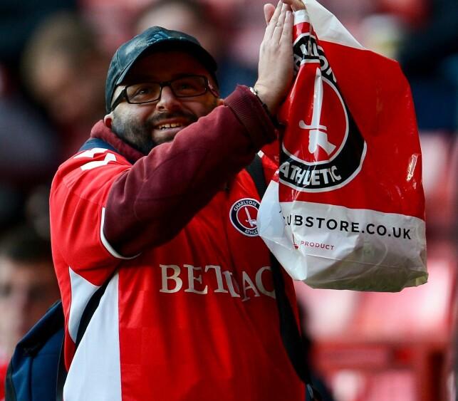 TROFAST: Seb Lewis var en av Charlton Ahtletics mest lojale fans gjennom alle tider. Han hadde sett alle klubbens kamper både hjemme og borte - live - de siste 22 åra. Foto: NTB-Scanpix