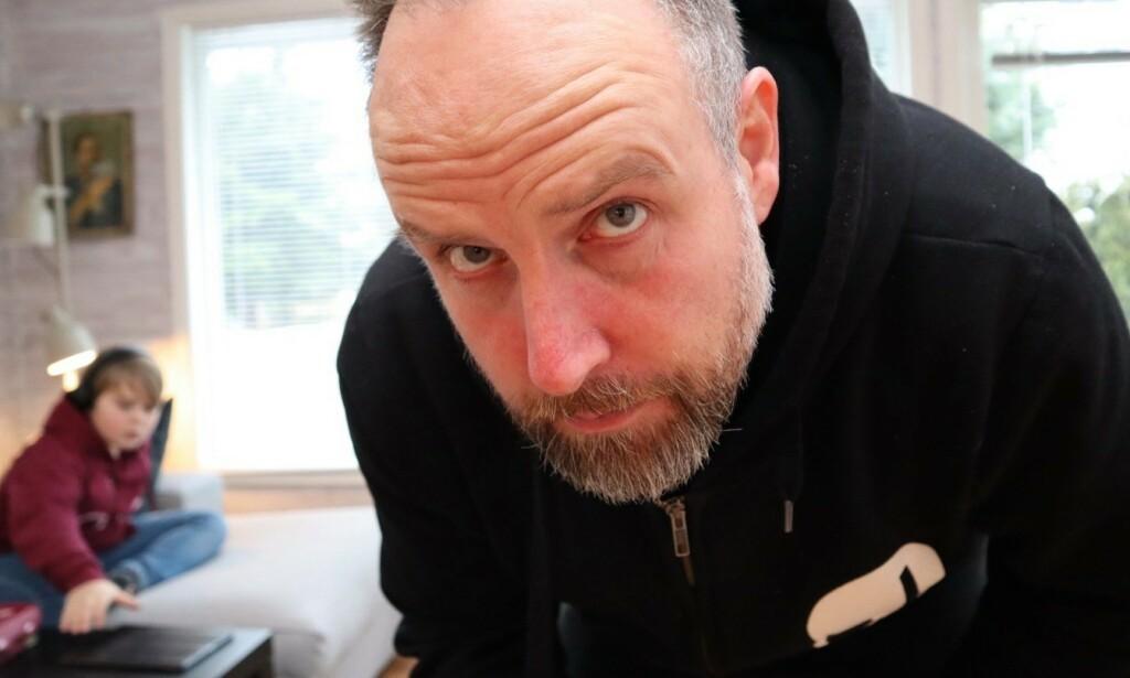 HJEMMESKOLE: Stand up-komiker, Christer Torjussen, skriver om hvordan han opplever å undervise barna sine hjemmefra - og hyller landets lærere. FOTO: Privat