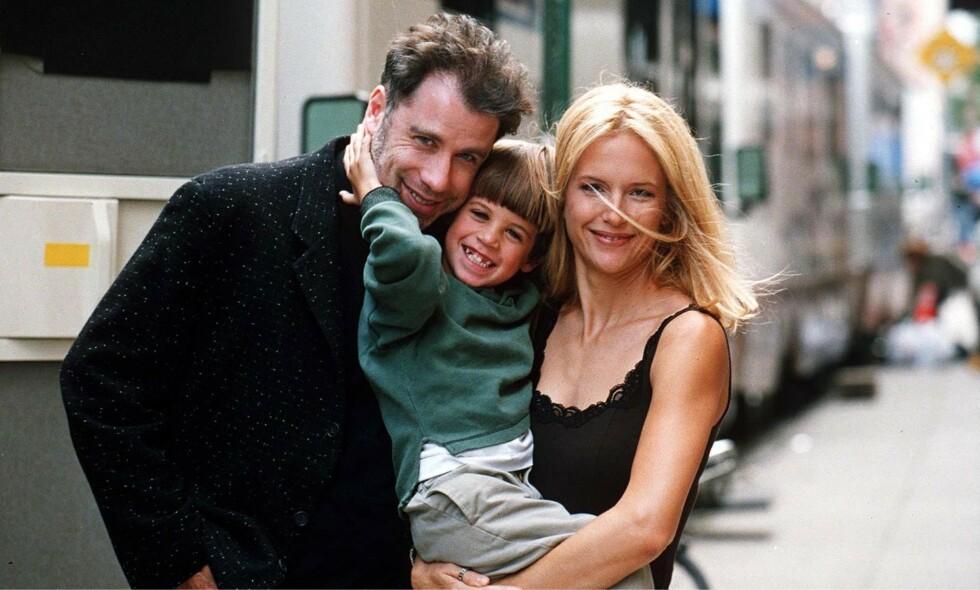 DØDE: Jett Travolta gikk bort i 2009, bare 16 år gammel. Her er han med sine berømte foreldre i 1996. Foto: NTB Scanpix
