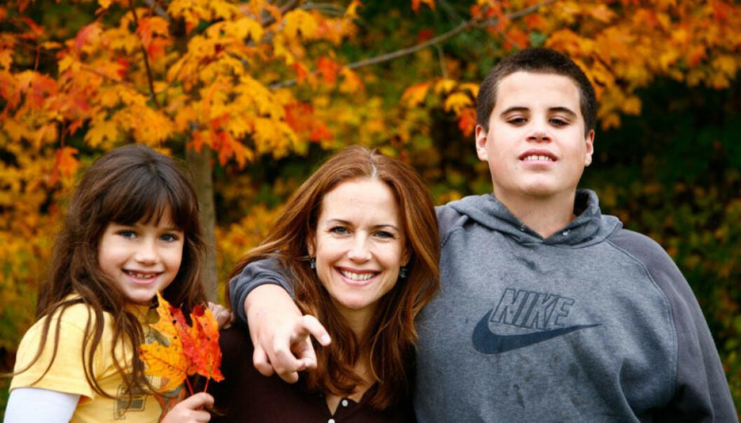 <strong>SORG:</strong> Travolta-familien opplevde en stor sorg i 2009, da sønnen Jett mistet livet. Her er mamma Kelly Preston med barna Ella og Jett samme år. Foto: NTB Scanpix