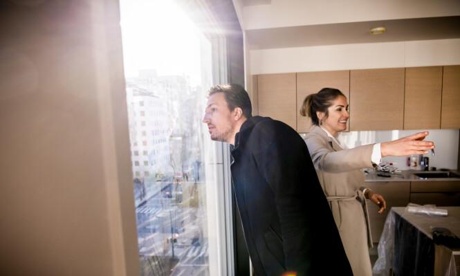 ØYE FOR DETALJER: Dette vinduet var årsaken til at paret falt hodestups for leiligheten. Forrige uke la håndtverkerne siste finpuss på verket den toppmoderne boligen. Foto: Lars Eivind Bones / Dagbladet