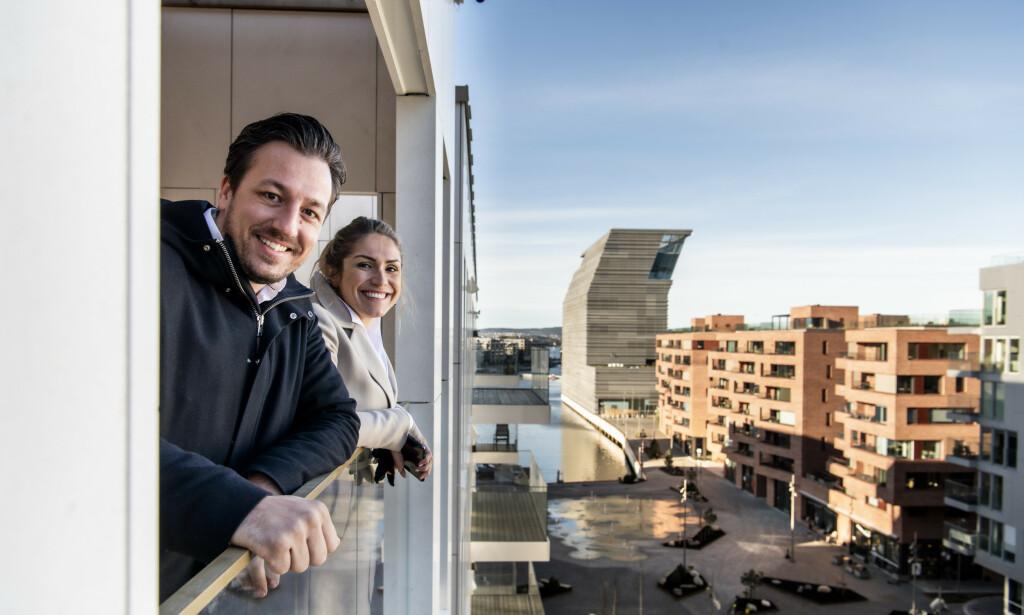 UTSIKT: Houeland og Solberg ser fram til å nyte en kopp kaffe på balkongen. I bakgrunnen ser man blant annet det nye Munchmuseet. Foto: Lars Eivind Bones / Dagbladet