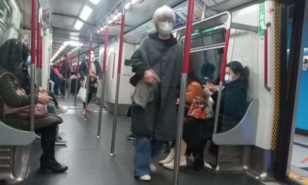 Togpassasjerer i Hongkong 28. januar 2020. Foto: JAYANI GURUGE, ATTRIBUTION-SHAREALIKE 4.0 INTERNATIONAL (CC BY-SA 4.0)