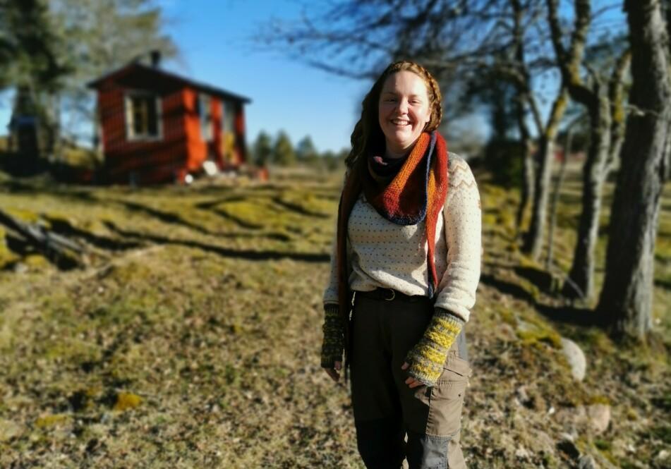 ELSKER Å BO I MINIHUS: Mindre vedlikehold og bedre økonomi er to av årsakene til at Paula har valgt å flytte inn i et minihus. FOTO: Privat