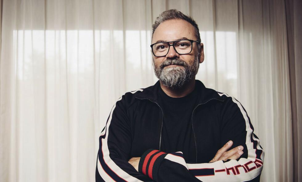 LÅ I RESPIRATOR: Den svenske tv- og radioprofilen Adam Alsing ble bekreftet død på onsdag. Han ble 51 år, og døde som følge av coronasmitte. Nå forteller venner om stjernens tunge, siste tid. Foto: NTB scanpix