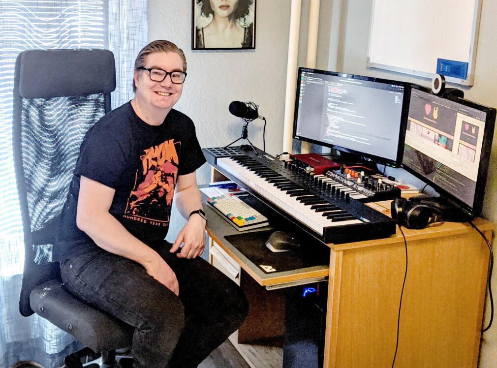 Marius Nettum er til daglig utvikler i byrået TRY Apt, men på kveldstid lager han karantenekonserter.no. For som pulten på hjemmekontoret hans bærer preg av, er han over snittet opptatt av musikk. 📸: Privat