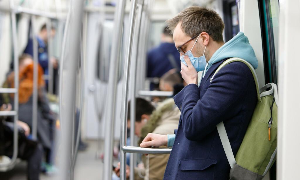 RESTRIKSJONER: En fersk studie fra Harvard University advarer om at vi kan ha sosiale restriksjoner fram til 2022. Strenge restriksjoner demper toppen - men sørger også for at viruset herjer lenger enn tidligere pandemier, forklarer forskere. Dermed kan vi ha en smittefare fram til 2025. Foto: Shutterstock / NTB Scanpix