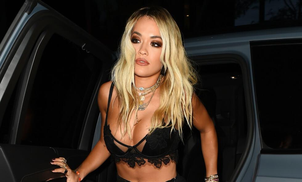 KRITISERES: Rita Ora kritiseres for å ikke holde seg hjemme i London under den alvorlige coronapandemien. Her avbildet på vei inn til en prisutdeling i fjor. Foto: NTB scanpix