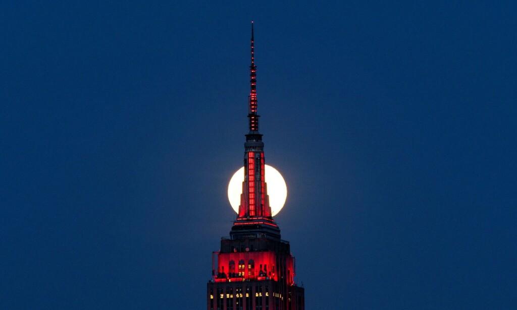 UROVEKKENDE: Antallet amerikanere som søker om arbeidsledighetstrygd fortsetter å skyte i været. Bildet viser Empire State Building i New York som lyser rødt i solidaritet med alle som er smittet med coronaviruset. Foto: Eduardo Munoz / Reuters / NTB Scanpix