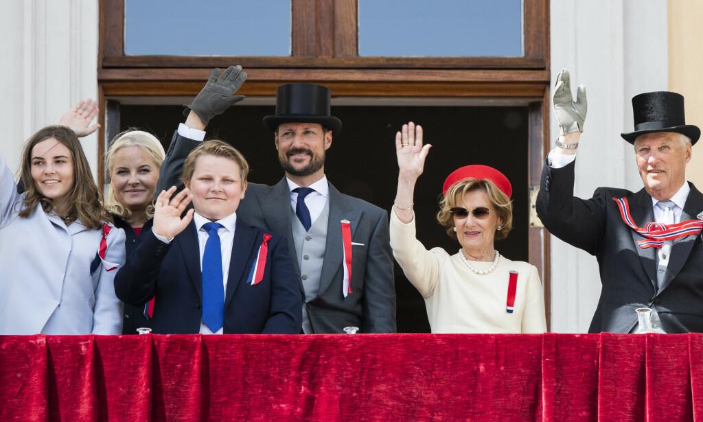 2019: I fjor sto kongeparet, kronprinsparet og deres barn alle på Slottsbalkongen og vinket, slik de kongelige har gjort siden 1906. Foto: NTB Scanpix