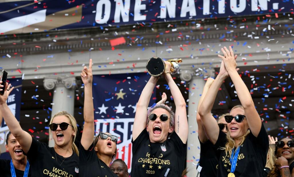 PROFILER: Megan Rapinoe og de amerikanske stjernene som tok VM-gull i fjor, er ikke av de dårligst stilte spillerne i verden. Men tusenvis av kolleger verden over sliter, går det fram av rapport. Foto: NTB Scanpix