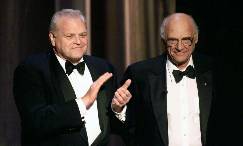 DØD: Torsdag kom den triste nyheten om at skuespiller Brian Dennehy har gått bort. Her avbildet med Arthur Miller under Tony Awards i New York i 1999. Foto: NTB Scanpix