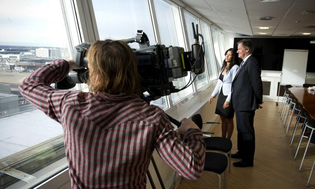BEUNDRET FLYENE: Etter et intervju med CNN på Gatwick flyplass, poserte Bjørn Kjos og reporteren Ayesha Durgahee for kameramannen, med utsikt til Norwegians fly. Foto: Øistein Norum Monsen / DAGBLADET