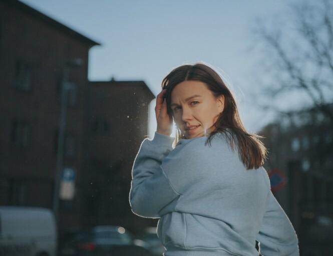 SANG OM SØSKEN: Marthe Wang er aktuell med platem «Bakkekontakt», der singelen «Lillebror» inngår. Låten er tilegnet alle søsken der ute, men også familievennen Hågen Skattum, som døde i sprengningsulykken i Forsvaret i 2017. FOTO: Jørgen Nordby