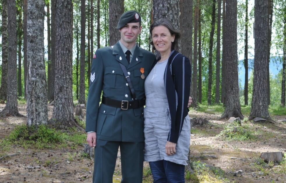 STOLT MOR: Kjersti Gulbrandsen Skattum sammen med sønnen Hågen Skattum under beskikkelsen på befalskolen på Rena i juni 2017. Fire måneder senere mistet Hågen livet i en sprengningsulykke. FOTO: Privat