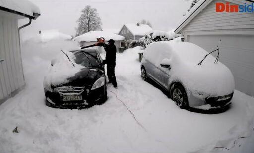 image: Bruker løvblåser for å fjerne snø på bilen