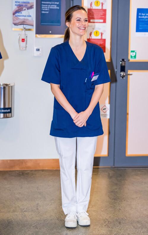 <strong>UNIFORM:</strong> Prinsessen må, i likhet med alle andre, bære uniform når hun er på jobb på sykehuset. Foto: NTB Scanpix