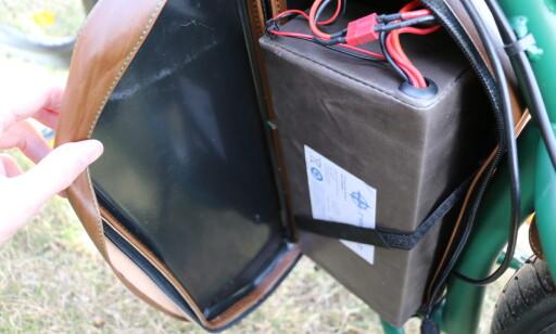 Her sitter det batteriet. Det kan lades direkte på elsykkelen eller tas ut og lades eksternt. Foto: Martin Kynningsrud Størbu