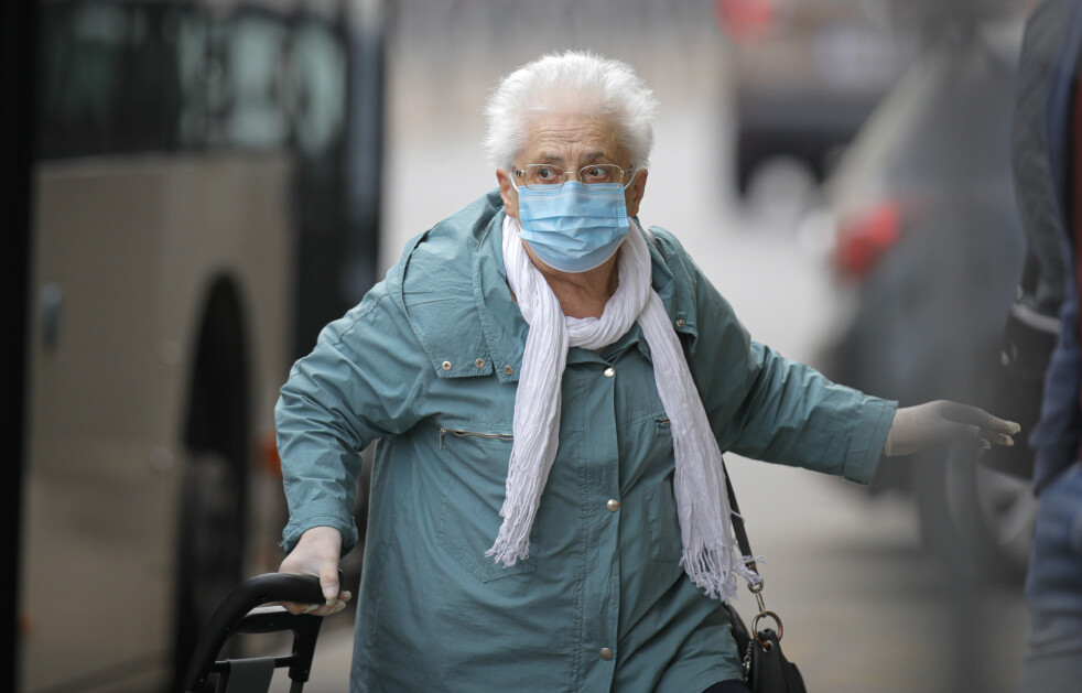 BEGRENSET TID UTE: En eldre kvinne handler i Bucuresti. I Romania må mennesker over 65 år begrense handlingen til to timer et bestemt tidspunkt på dagen for å hindre spredningen av coronaviruset. Foto: AP/NTB Scanpix