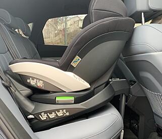 TRANGT: Når passasjersetet er i «komfortabel» stilling slår kommer det raskt baki barnesetet. Foto: Øystein B. Fossum