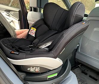 <strong>ENKELT INN:</strong> Om man kjører fram passasjersetet litt, er det ingen sak å montere barnesetet. Foto: Øystein B. Fossum