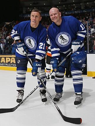 LEGENDER: Börje Salming (t.v.) og Mats Sundin på en legendekamp i Toronto i 2012. Foto: NTB scanpix