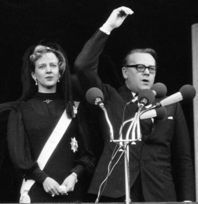 <strong>NY REGENT:</strong> 31 år gammel ble Margrethe utnevnt til ny regent i Danmark, og ble dermed dronning. Her er hun avbildet sammen med tidligere statsminister Jens Otto Kragh under seremonien. Foto: NTB Scanpix