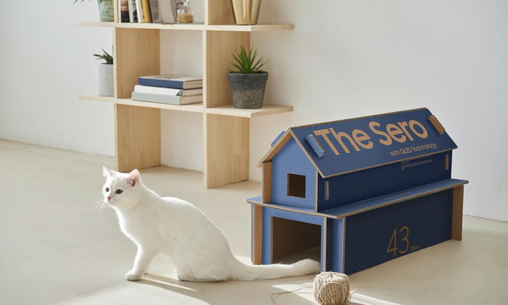 KATTEHUS: Gjenbruk er i vinden for tiden. Hvorfor ikke bruke pappen som fulgte med TV-en til kattehus eller et annet møbel? Foto: Samsung