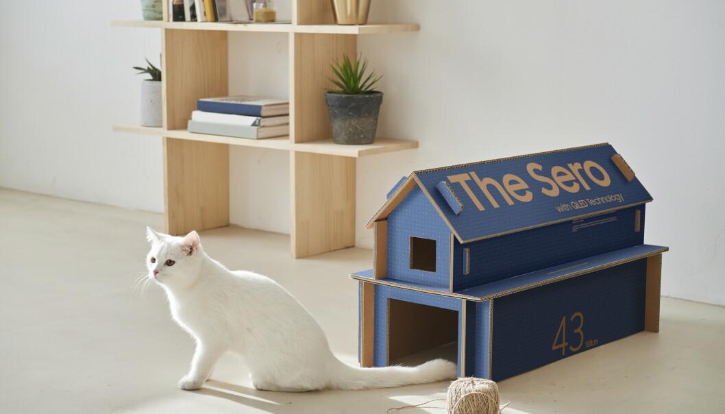 <strong>KATTEHUS:</strong> Gjenbruk er i vinden for tiden. Hvorfor ikke bruke pappen som fulgte med TV-en til kattehus eller et annet møbel? Foto: Samsung