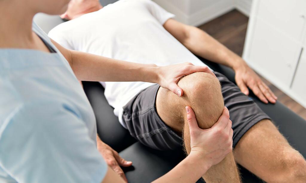 INGEN HANSKER: Fysioterapeuten kan ta på deg uten hansker - så lenge dere er friske begge to. Foto: NTB Scanpix/Shutterstock