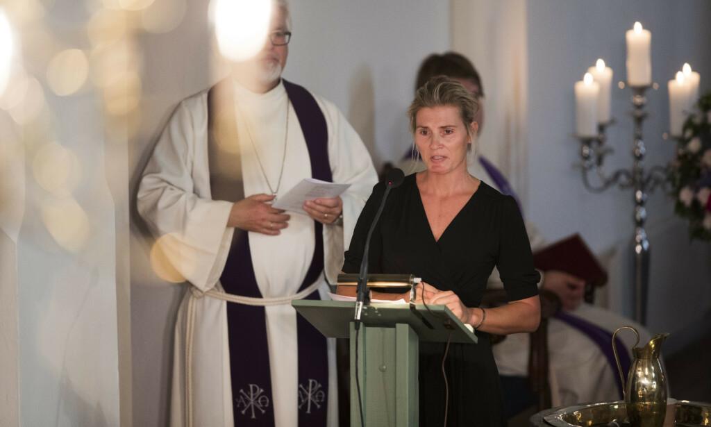 TALE: Ikke et øye var tørt da Stenshorne takket kjæresten for de fine stundene sammen under bisettelsen fra Eidsberg kirke. Foto: NTB Scanpix