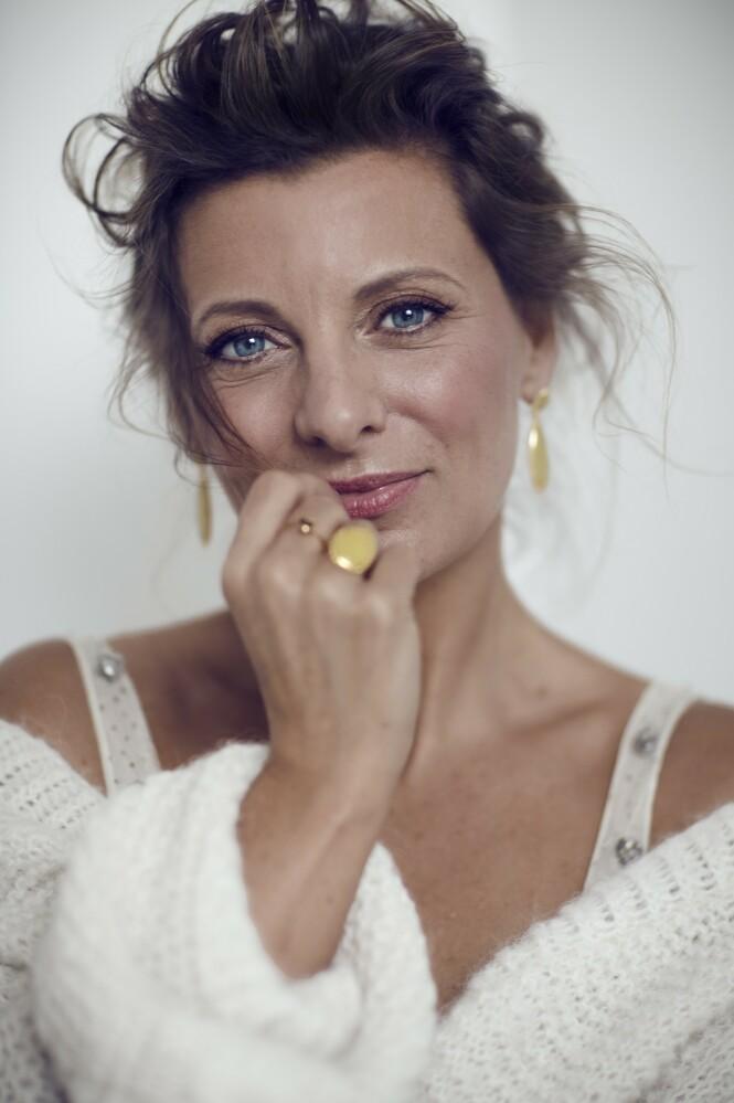Kardigan fra Kupong Knitwear, vintagetopp fra Studio Clean, øredobber og stor ring fra Syster P og tynn ring fra Hasla. FOTO: Astrid Waller
