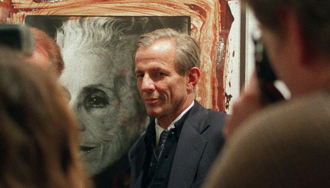 <strong>UNIKT:</strong> Peter Beard er blant annet kjent for å ha brukt blod og blekk på fotografiene sine. Her er han under en utstilling i 1996 i Paris. Foto: NTB Scanpix