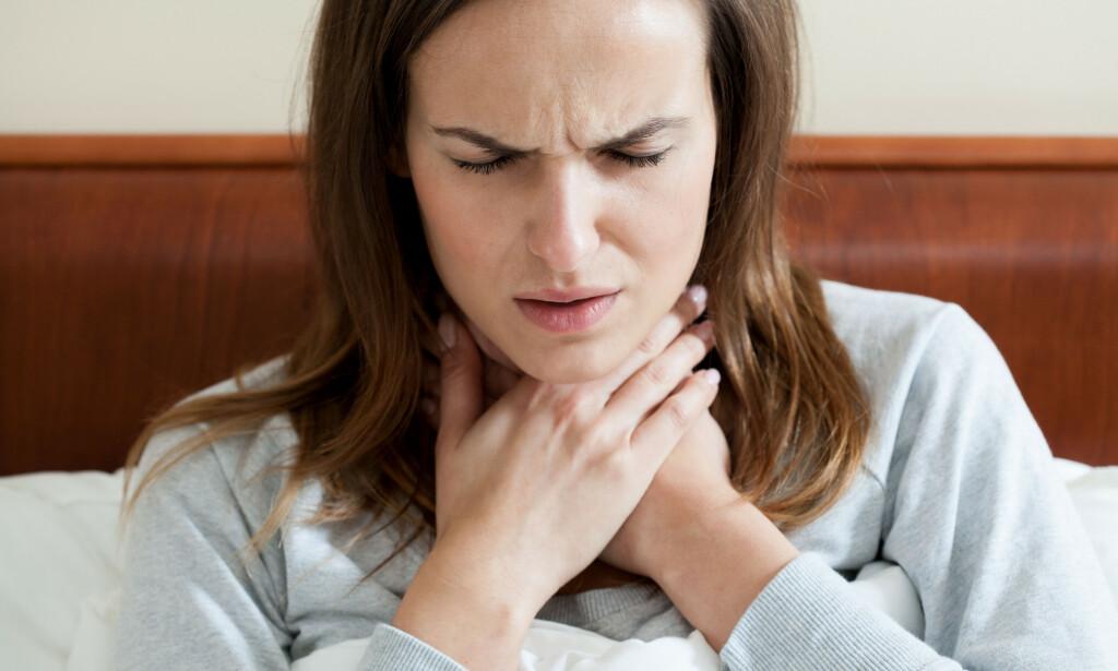 NOE I HALSEN: Å ha mye slim i halsen er vanlig, og skyldes sjeldent noe alvorlig. Slik får du bukt med problemet. Foto: Shutterstock
