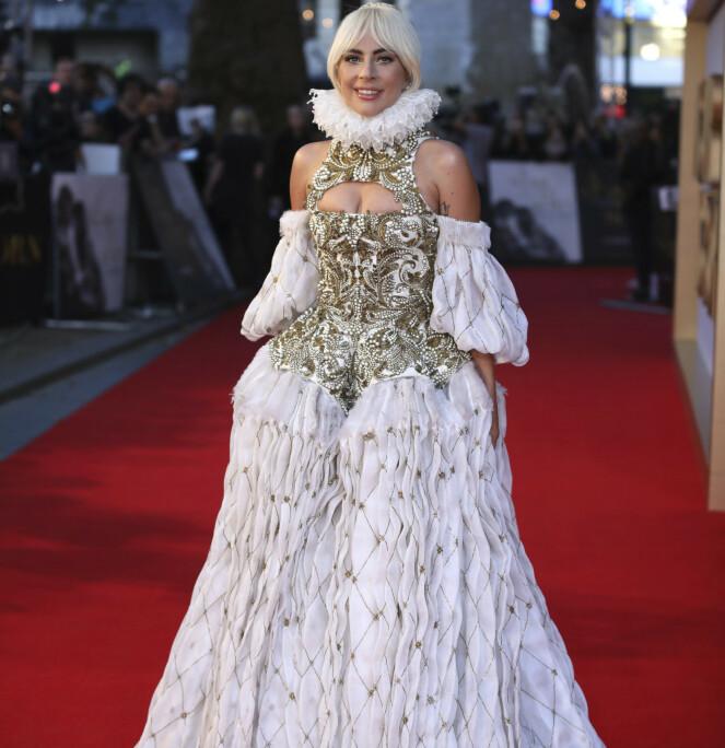 EVIG EIES KUN DET TAPETE?: Er det ansiktstape hun skjuler under parykken, tro? Lady Gaga fra premieren på «A Star Is Born» i 2018. FOTO: NTB Scanpix