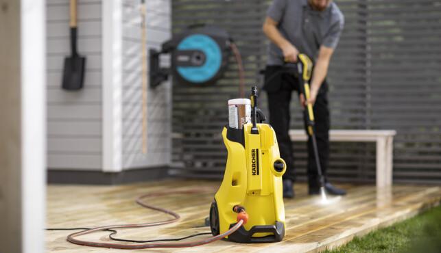 SPYL RENT: En høytrykkspyler gjør vaskingen av terrassegulv og utemøbler til en lek.
