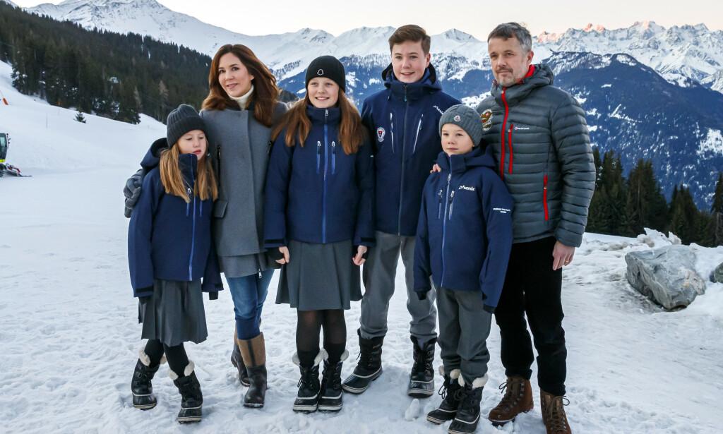 13 ÅR: Prinsesse Isabella (midten) av Danmark fyller år tirsdag, noe som blant annet markeres med nye bilder av den ferske tenåringen. Her med resten av kronprinsfamilien i Sveits i starten av januar. Foto: NTB scanpix