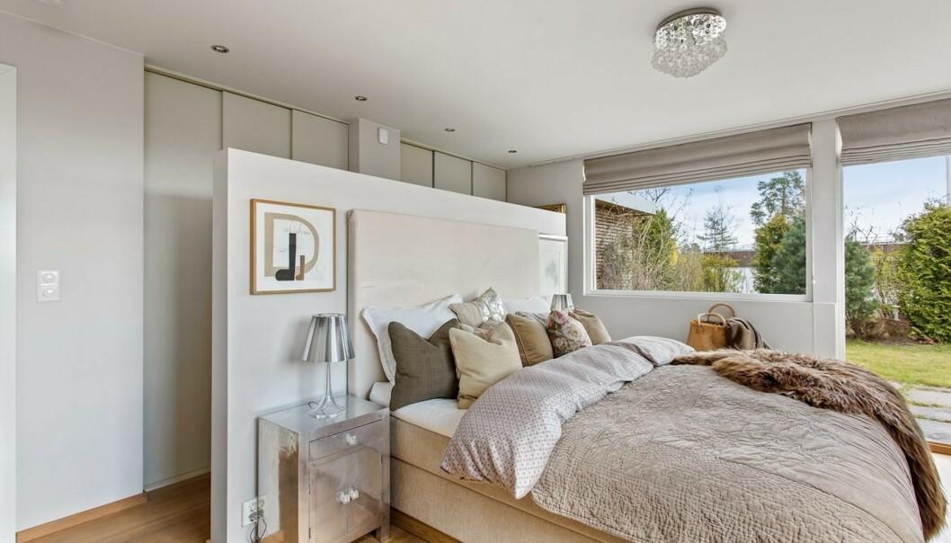 SOVEROM: Huset består av flere soverom. Her er et av dem. Foto: Steffen Rikenberg/ Inviso