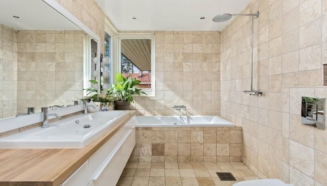 BAD: Dette badet hører til soverommet ovenfor, og er et av flere bad i huset. Foto: Steffen Rikenberg/ Inviso